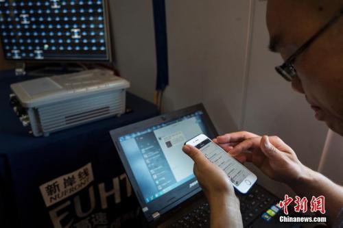 資料圖:市民正在使用流量上網。 中新社記者侯宇攝